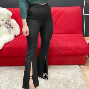 Pantalone a zampa con spacchi