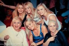 blondynki na imprezie karaoke