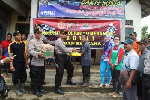 Peduli Korban Banjir, Polres Merangin Kunjungi Korban Banjir Dan Berikan Bantuan Sembako Dan Obat-Obatan