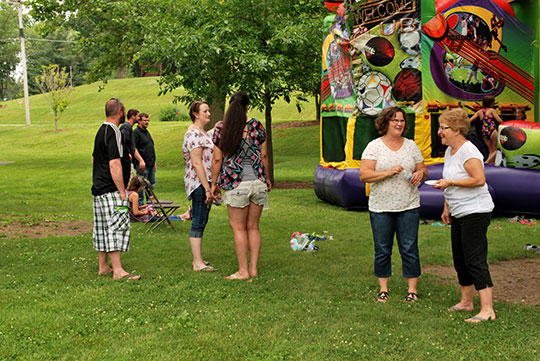 POLYWOOD-Picnic-Bouncehouse-2