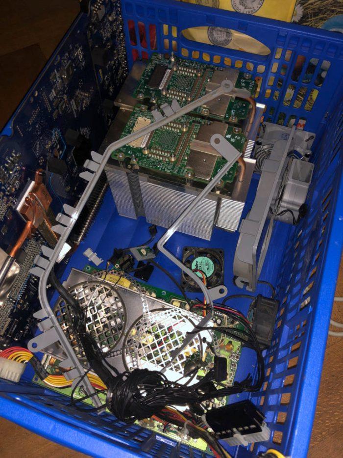 Les composants du PowerMac G5 à débarrasser.