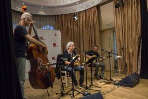 Albert Anguela, Joaquín Lera y Pablo Méndez interpretando un tema de 'La cuna del agua' | (CC) Paula Díaz