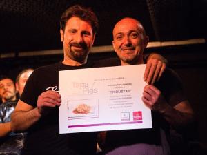 Igor y Juan, propietarios de la taberna vasco-andaluza Tribuetxe, recogiendo el Premio a la Mejor Tapa de Tapapiés 2014, otorgado por el  jurado profesional