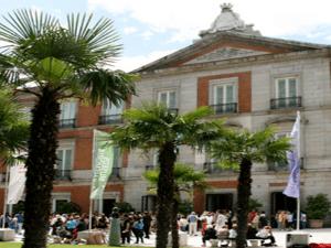 Visitantes en la entrada del Museo de Arte Thyssen-Bornemisza de Madrid