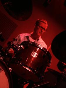 Guillermo McGill a la batería