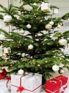 Estampa de Navidad | Árbol de Navidad con regalos | Imagen FotoEmotions/Pixabay
