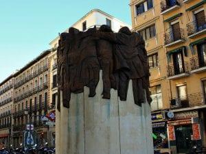 'El abrazo'   2003   Juan Genovés   Escultura   Plaza de Antón Martín   Madrid   España