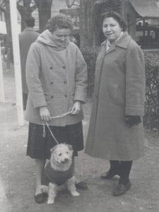 Gloria Fuertes | Madrid 1917-1998 | Centenario Gloria Fuertes | Gloria Fuertes paseando a 'Rita' con Phyllis | Madrid, 1956 | Foto Paco