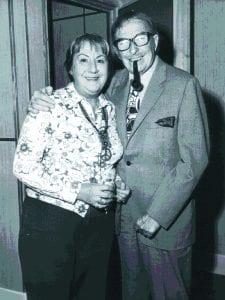Gloria Fuertes con Xavier Cugat   Años 70 del siglo XX