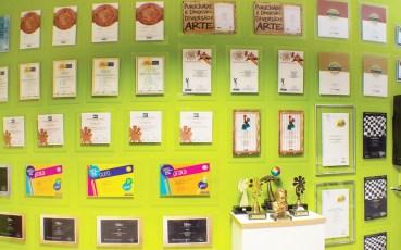 Pared con los certificados de concursos y premios acumulados por pontodesign 2000 hasta hoy.