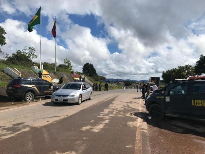 Resultado de imagem para Venezuelanos cruzam a fronteira com o Brasil após decisão reabrir acesso entre os dois países (Foto: Inaê Brandão/G1 RR)