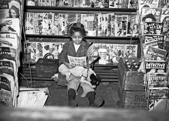 Banca de jornal, 1940-1945. Fotografado por Charles Teenie Harris