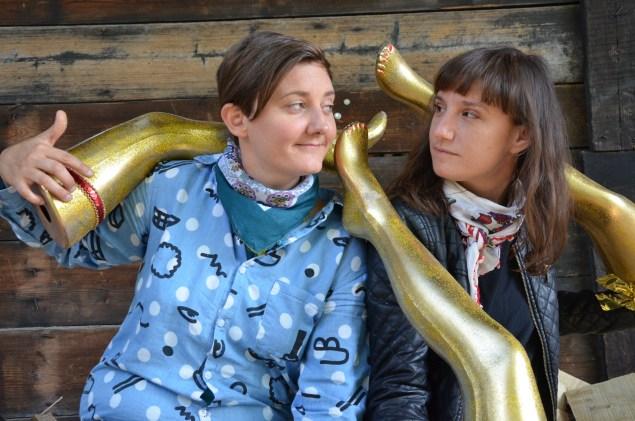 Les Belles de Nuit-Organisatorinnen Nathalie Brunner und Eva Geiser beim Tagi-Shooting mit Pony Hü