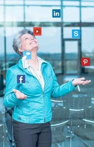 Photo Angela Wosylus M.A., Social-Media PR-Managerin, Redakteurin und Videogestalterin,Inhaberin pop-up SocialMedia PR-Agentur Dornstetten jongliert mit Social Media Icons