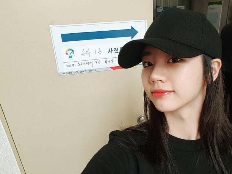 原來我跟雪炫在同一區!韓國大選投票完,在投票所前拍認證照是這禮拜SNS上的潮流~大明星們也不例外!