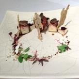 Mauricio Acosta - Polpo alla piastra, midollo di cervo, mandioca, mosto cotto e croccante di nocciola