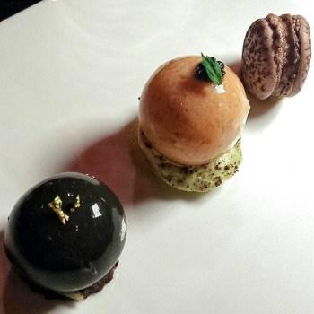 Macaron alle fave di cacao e finanziera - Sfera di grancevola, piselli e grue - Raviolo di tartufo, sablé al cacao