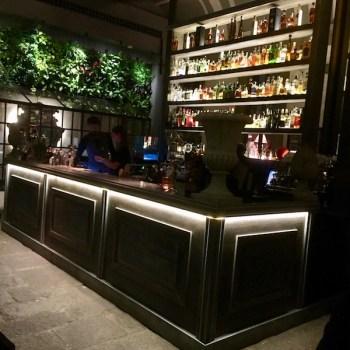 il bancone del bar al centro dell