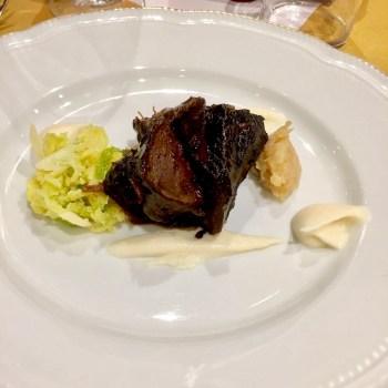Guancia brasata al vino rosso con cavolo verza saltato e e salsa al sedano rapa