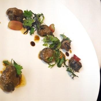 Lumache in brodo di germano, uva, erbe spontanee