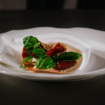 Taco di mozzarella, pomodoro, basilico