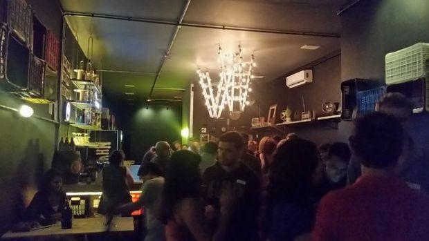 encontro de estrangeiros no caixote bar