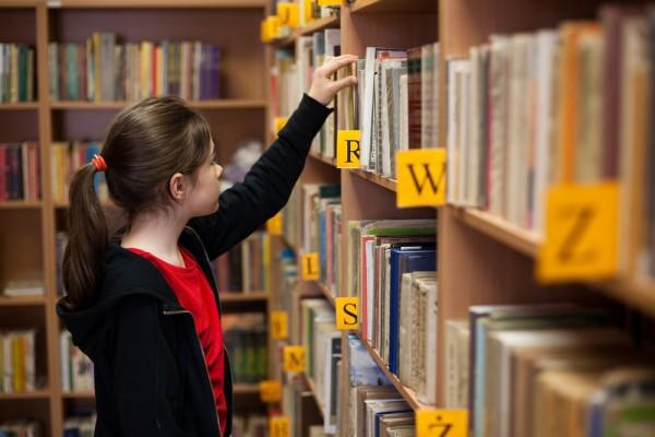 girl_library_books