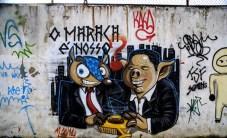Tatubola, la mascotte della coppa del mondo accostata a un maiale, con la scritta «il Maracanà è nostro». Il graffito si trova davanti alla stazione della metro dello stadio di Rio de Janeiro.