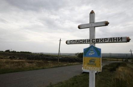 Una croce ortodossa segnala il cimitero del villaggio di Grabove. La maggior parte dei detriti del Boeing sono caduti proprionei pressi del cimitero.