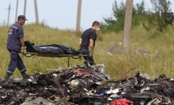 Il corpo di una vittima viene portato dal luogo del disastro.