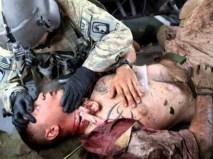 Un elicotterista statunitense presta inutilmente soccorso a un suo commilitone.