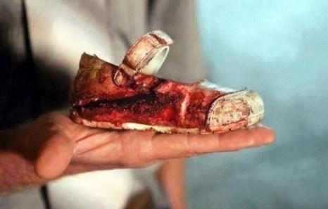 La scarpina da ballerina di Jamila, morta a sette anni per il crollo della sua casa.