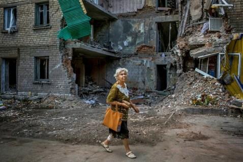 Nonostante i bombardamenti, la vita nell'Est cerca di scorrere tranquilla.