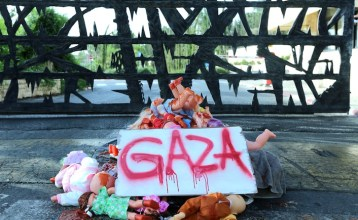 Bambini israeliani hanno creato questa installazione in solidarietà con i loro coetanei palestinesi.