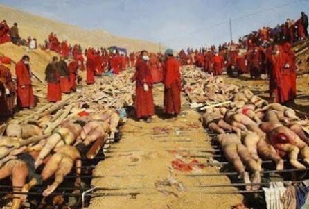 Monaci buddisti celebrano un funerale di massa per centinaia di vittime degli scontri a fuoco tra karen ed esercito.