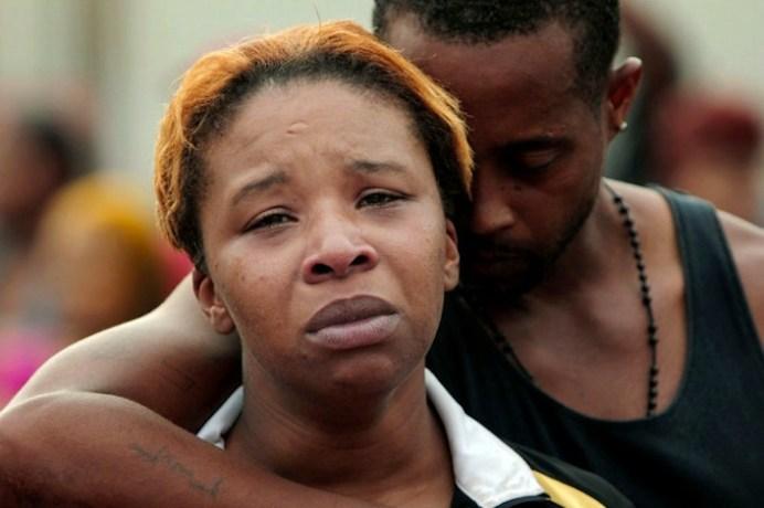 Lesley McSpadden e suo marito partecipano alla veglia organizzata per la morte del loro figlio, Michael Brown.