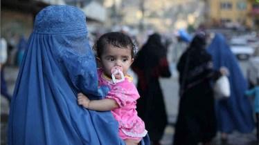 La maggior parte delle afghane continuano a indossare il burqa.