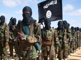 Un battaglione di jihadisti con la loro caratteristica bandiera nera.