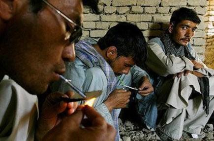 In mancanza di siringhe, in Afghanistan si è diffusa l'abitudine di fumare l'oppio.