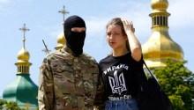 Miliziano del battaglione Azov con la fidanzata, sulla cui maglietta campeggia il simbolo della famigerata divisione Ss Galizien.