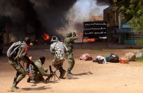 Scontro a fuoco per le vie della capitale Bamako.