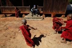 Soldato di guardia all'interno di un monastero buddista.