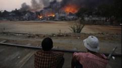 Villaggio rohingya dato alle fiamme dall'esercito.