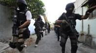 Pattugliamento della polizia in una strada di Poso. Molti poliziotti hanno formato squadroni della morte che agiscono, impuniti, di notte.