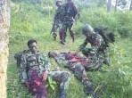 Militari indonesiani feriti dopo uno scontro a fuoco con Laskar Jihad.