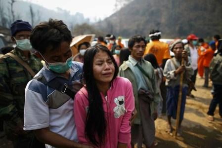 Rifugiati karen (in un campo profughi thailandese) celebrano i loro cari, vittime della violenza delle forze armate birmane.