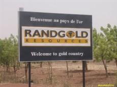 Cartello di ingresso di una miniera d'oro, una delle risorse minerarie del Paese.