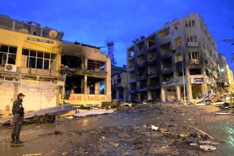 Il centro di una città curda bombardato dall'aviazione turca.