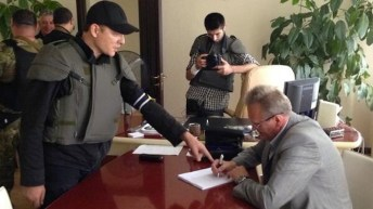 Lyashko costringe alle dimissioni il sindaco di Slaviansk, nel Donbass.