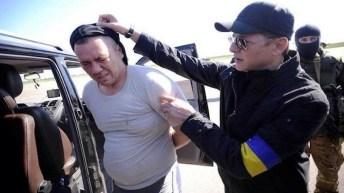Oleg Lyashko mentre sequestra personalmente un oppositore politico.